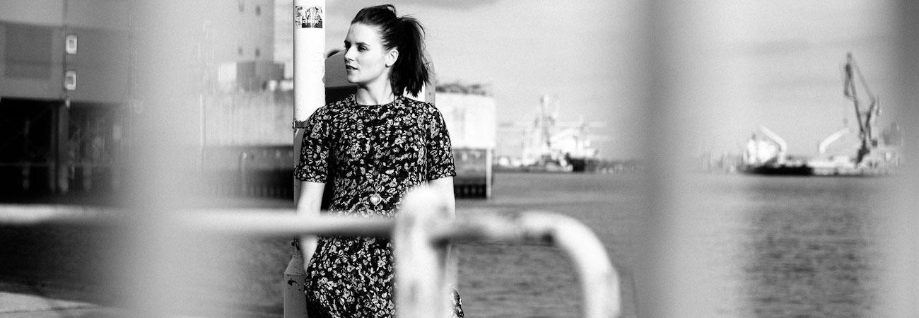 Schauspielerin am Hamburger Hafen